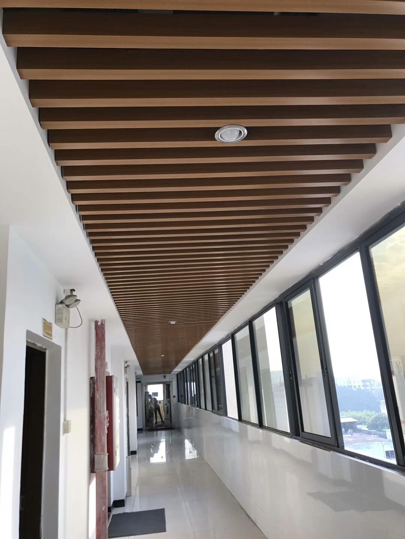 过道吊顶用铝方通吊顶即实用又省钱,黑白色方通吊顶,易博仕铝方通厂家